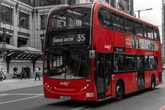 Moderner roter Bus in London Bishopsgate Lizenzfreie Stockbilder