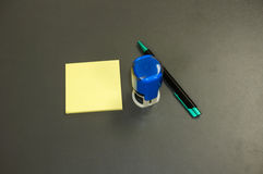 Moderner runder Stempel, gelbe klebrige Notizauflage und Stift Stockbild