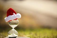 Moderner Sanduhr- und Weihnachtsbaum Stockfoto