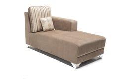 Moderner schauender Ruhesessel Browns mit Kissen gegen den weißen Hintergrund gemacht vom hochwertigsten Leinen Stockfoto