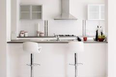 Moderner Schaukasten-Küche-Innenraum im Weiß Lizenzfreies Stockbild