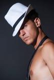 Moderner schulterfreier Mann mit weißem Fedora Lizenzfreie Stockfotos