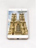 Moderner Smartphone, der Bild auf dem ganzen Bildschirm von London, Großbritannien anzeigt Stockbilder