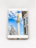 Moderner Smartphone, der Bild auf dem ganzen Bildschirm von London, Großbritannien anzeigt Stockfoto