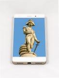 Moderner Smartphone, der Bild auf dem ganzen Bildschirm von London, Großbritannien anzeigt Stockbild