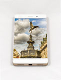 Moderner Smartphone, der Bild auf dem ganzen Bildschirm von London, Großbritannien anzeigt Lizenzfreie Stockfotografie