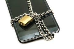 Moderner Smartphone mit Kombinationsschlossvorhängeschloß Stockbild