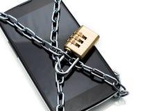 Moderner Smartphone mit Kombinationsschlossvorhängeschloß. Konzept von mobi Lizenzfreie Stockfotografie