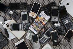 Moderner Smartphone und veraltete Handys lizenzfreies stockfoto