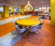 Moderner Speisesaal in einem Krankenhaus Stockbild
