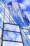 Moderner Spiegelglaswolkenkratzer Stockfotografie