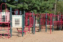 Moderner Spielplatz gemacht mit bunter Rohrleitung Stockfotos