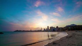 Moderner Stadt-und Strand-Sonnenuntergang stock video