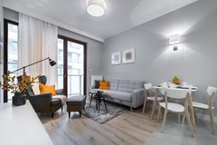 Moderner stilvoller Innenarchitekturraum Stockfoto