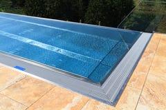 Moderner Swimmingpool Lizenzfreies Stockfoto