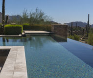 Moderner Swimmingpool des nullhorizontes Stockfotografie