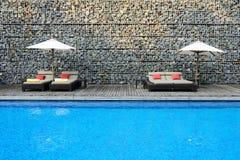 Moderner Swimmingpool mit Steinwand Stockfotografie