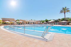 Moderner Swimmingpool und eine Bahn für das behinderte. Im Sommer. Stockbilder