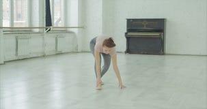 Moderner Tänzer, der Bein während der Wiederholung verletzt stock footage
