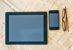 Moderner Tablet-Computer mit leerem weißem Schirm über dem Financi Stockbild