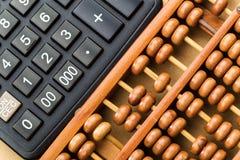 Moderner Taschenrechner und Abakus Lizenzfreies Stockfoto