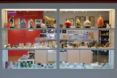Moderner teaset Zähler in Gebäude Taipehs 101 Lizenzfreie Stockfotos