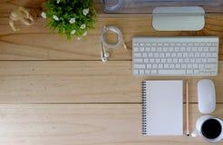 Moderner Tischrechner des Arbeitsplatzes auf hölzerner Tabelle und Büromaterial Stockfotografie