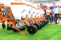 Moderner Traktor auf moderner landwirtschaftlicher Maschinerie stockbild