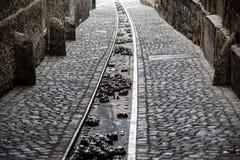 Moderner und städtischer Wasserabfluß oder -abzugsgraben auf der Straße Gossen in jeder Stadt, gehen unten zum Fluss Lizenzfreie Stockfotos