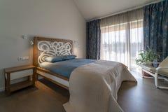 Moderner ursprünglicher heller Schlafzimmerinnenraum stockfoto