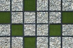 Moderner Wandstein mit grünem Gras Lizenzfreies Stockbild