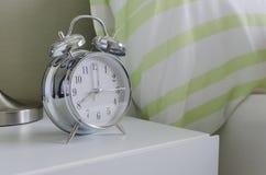 Moderner Wecker weißer moderner wecker im schlafzimmer stockbild bild weinlese