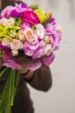 Moderner weißer Hochzeitsblumenstrauß stockfoto