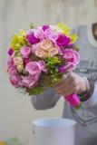 Moderner weißer Hochzeitsblumenstrauß stockbilder