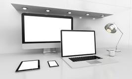 Moderner weißer Schreibtischinnenraum mit Computer und Geräte 3D renderin Lizenzfreie Stockfotografie
