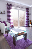 Moderner weißer und purpurroter Wohnzimmerinnenraum Stockbilder