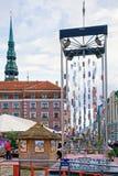 Moderner Weihnachtsbaum in der alten Stadt von Riga lizenzfreie stockbilder