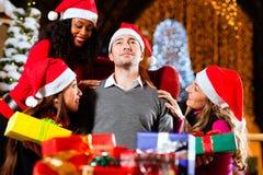 Moderner Weihnachtsmann im Einkaufszentrum Lizenzfreie Stockbilder