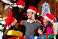 Moderner Weihnachtsmann im Einkaufszentrum Stockfotos