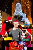 Moderner Weihnachtsmann im Einkaufszentrum Lizenzfreie Stockfotografie