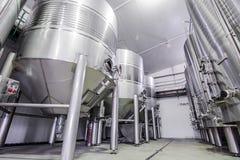 Moderner Weinkeller mit Edelstahlbehältern Stockfotografie