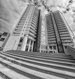 Moderner Wohngebäudeäußerhintergrund/-eigentumswohnung mit Bürogebäuden stockbild