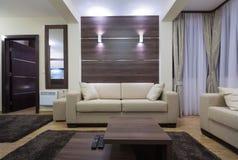Moderner Wohnzimmerinnenraum am Abend Stockbild