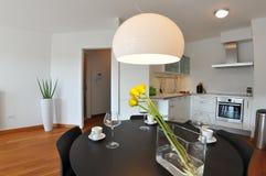 Moderner Wohnzimmerinnenraum mit Küche Lizenzfreies Stockfoto
