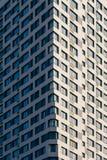 Moderner Wolkenkratzer auf dem Himmel-Hintergrund Stockfotografie