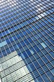 Moderner Wolkenkratzer, der andere Gebäude reflektiert Lizenzfreies Stockbild