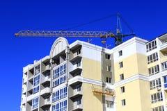 Moderner Wolkenkratzer mit dem Hochziehen des Kranes Lizenzfreies Stockfoto