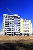 Moderner Wolkenkratzer mit dem Hochziehen des Kranes Lizenzfreie Stockfotografie
