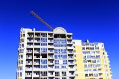 Moderner Wolkenkratzer mit dem Hochziehen des Kranes Lizenzfreie Stockbilder