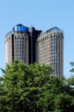 Moderner Wolkenkratzer und Bäume, Madrid, Spanien Lizenzfreie Stockbilder